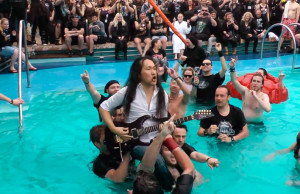 Herman-Li-DragonForce-Underwater-Guitar-Solo-on-Full-Metal-Cruise-3