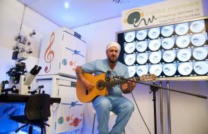Antonio Orozco cantando en el laboratorio de fecundación in vitro de Institut Marquès