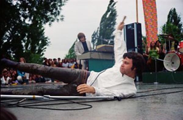 Jim Morrison se cae en el escenario del The Northern California Folk-Rock Festival, en 1968